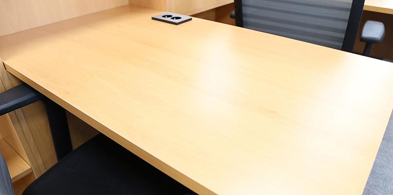 노트북과 책을 모두 올리고 남을 만큼 충분히 넓은 책상